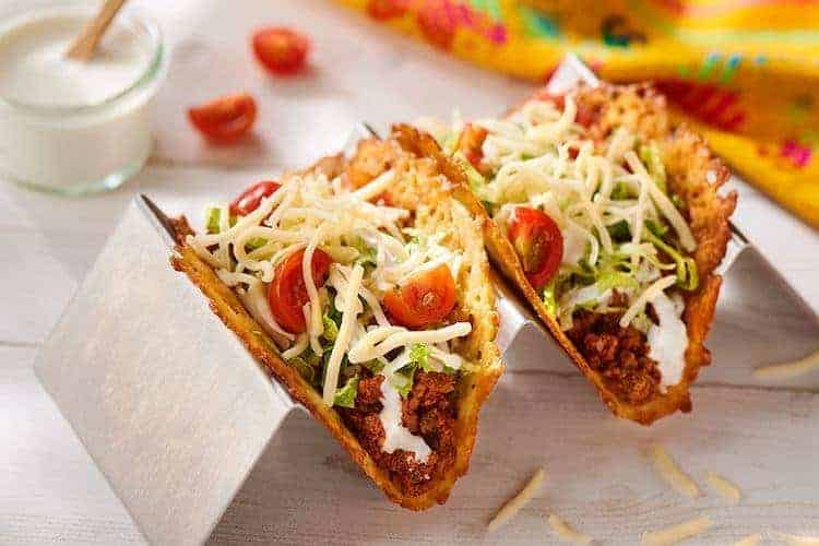 Op zoek naar een koolhydraatarm alternatief voor een tacoschelp of tortilla? Zoek niet verder en probeer deze heerlijke koolhydraatarme kaas taco's. #koolhydraatarm #mexicaans #taco #recepten