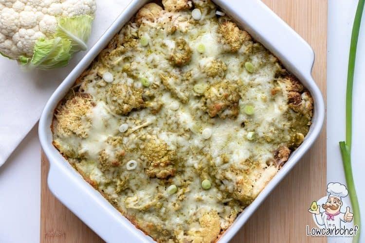 Ovenschotel met bloemkool, kip en groene pesto.