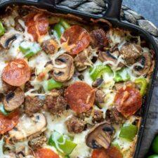 Pizza ovenschotel met gehakt, salami en ham.