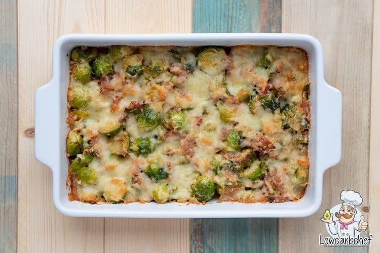 Een ovenschotel met spruitjes, bacon, room en geraspte kaas