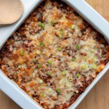 Ovenschotel met witte kool, gehakt en tomatensaus.
