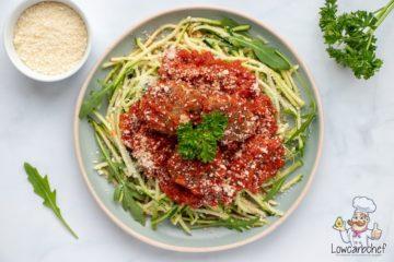 Courgetti met gehaktballetjes in tomatensaus.