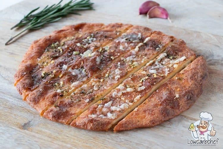 Koolhydraatarm focaccia brood met rozemarijn en knoflook.