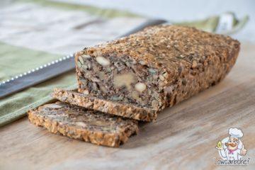 Koolhydraatarm brood met verschillende noten en zaden.