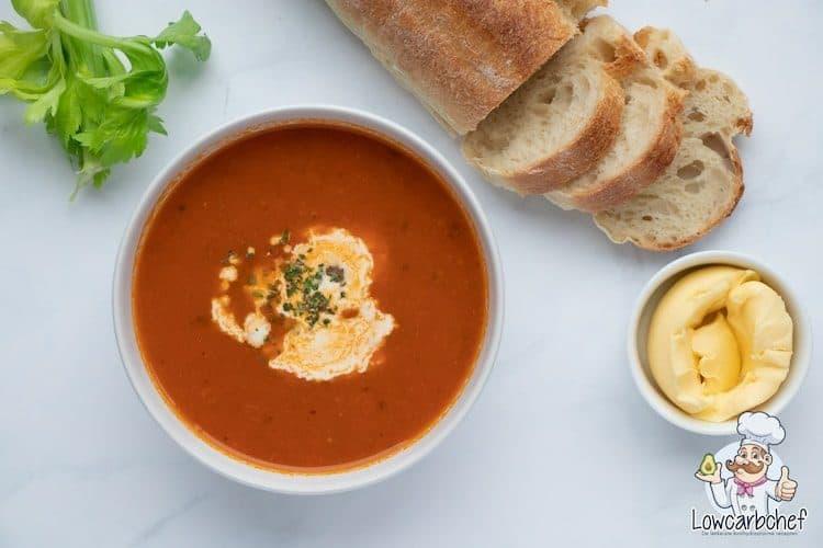 Tomatensoep met balletjes, stokbrood en selderij.