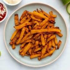 Koolraap frietjes met mayo, ketchup en komkommer.