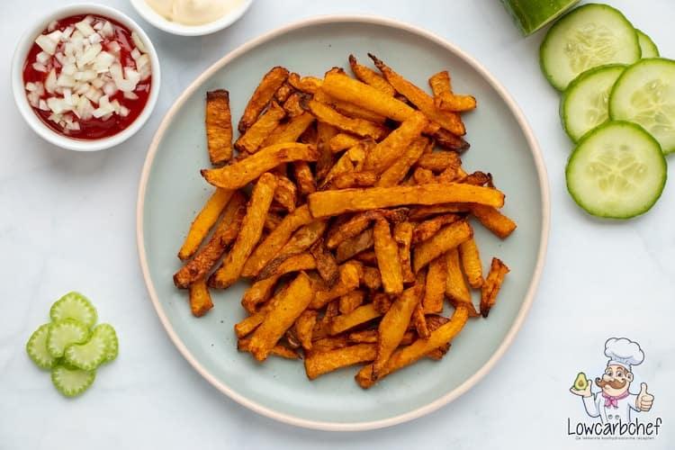 Alle frietliefhebbers opgelet! Deze koolraap frietjes zijn een lekker, gezond en koolhydraatarm alternatief voor aardappelfrietjes. #koolhydraatarm #friet #gezond