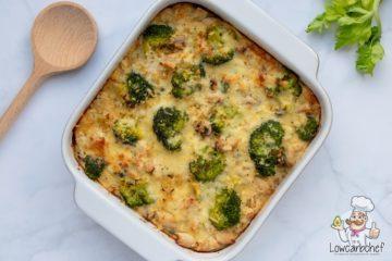Ovenschotel met kip, broccoli, champignons, bloemkoolrijst en kaas.