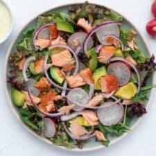 Salade met gerookte zalm, avocado en dille dressing.