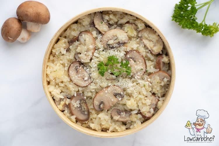Deze bloemkool risotto met champignons is lekker, voedzaam en gezond. Je kunt de risotto serveren als lunch of als avondeten met een stukje kip.  #koolhydraatarm #avondeten #bloemkool