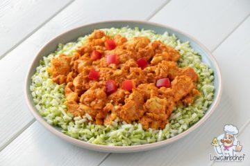 Kip tandoori met broccolirijst en paprika.