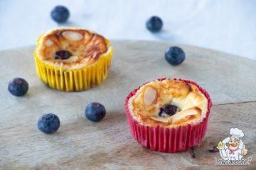 Koolhydraatarme mini cheesecakes met blauwe bessen.