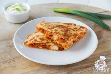 Quesadilla gevuld met kaas, kip en paprika.