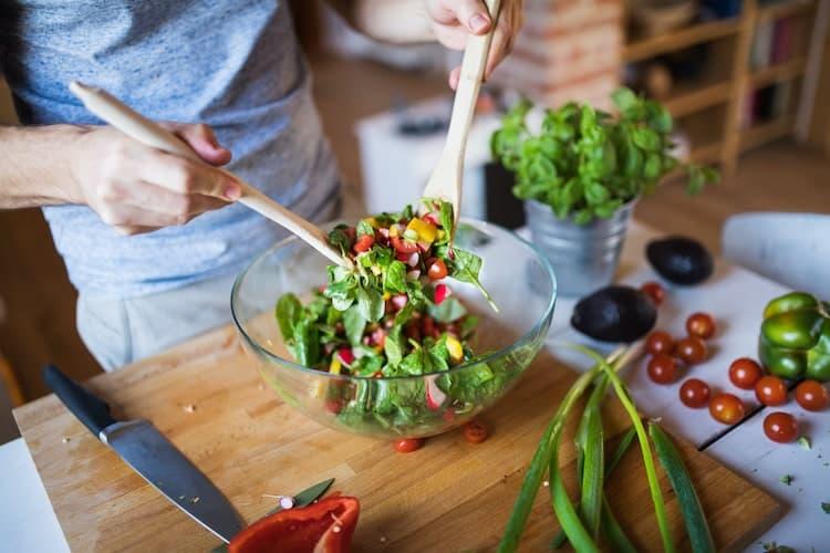 Man maakt koolhydraatarme salade.