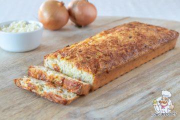 Kaas-uienbrood met ui en geraspte kaas
