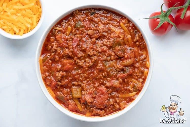 Chili con carne met cheddar en tomaat.