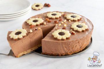 Chocoladetaart met chocolade bloemen en noten.