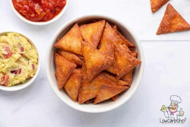 Chips met guacamole en salsa.