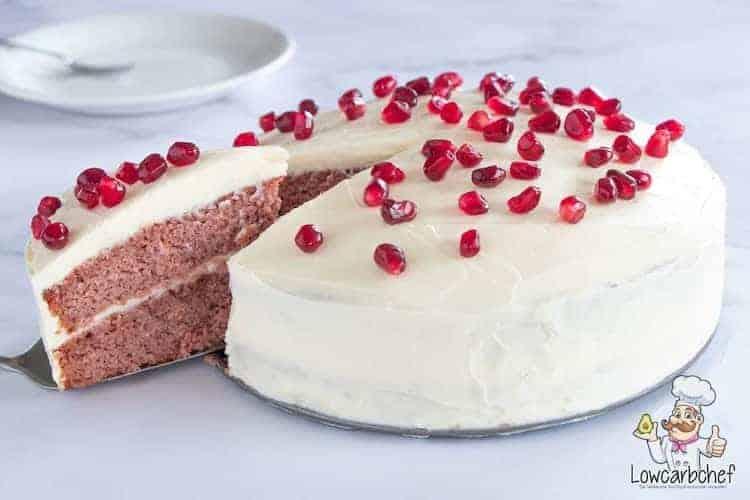 Red velvet cake met frosting en granaatappelpitjes.