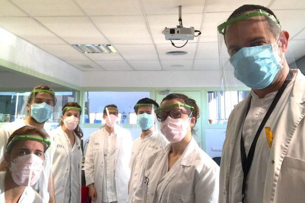 Le personnel médical des hôpitaux Terrasa portant des visières produites par le Tinkerers Fablab Casteldefels.