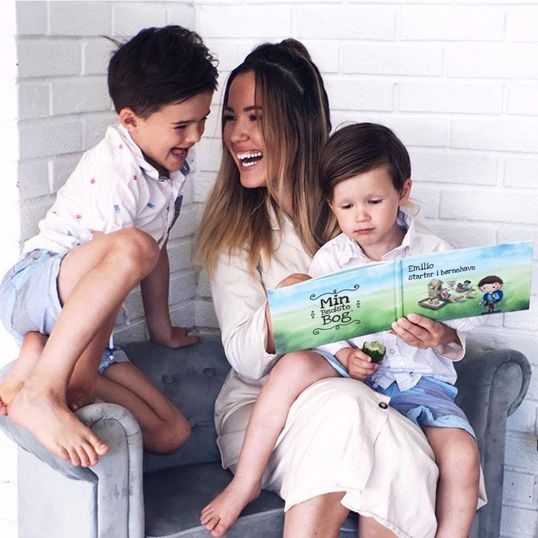 Børn hygger med deres personlige bøger