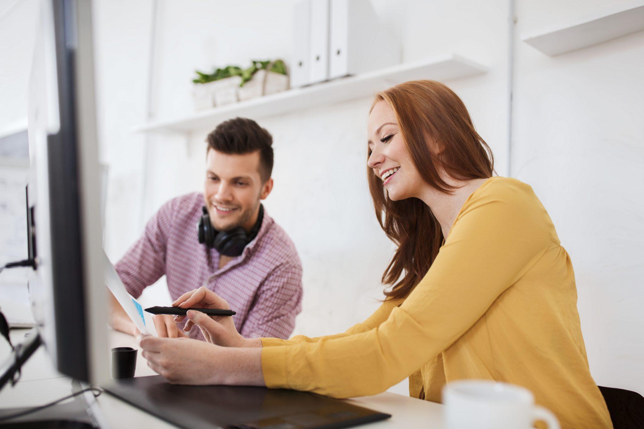 Två användare av webbtjänster som ökar lönsamheten