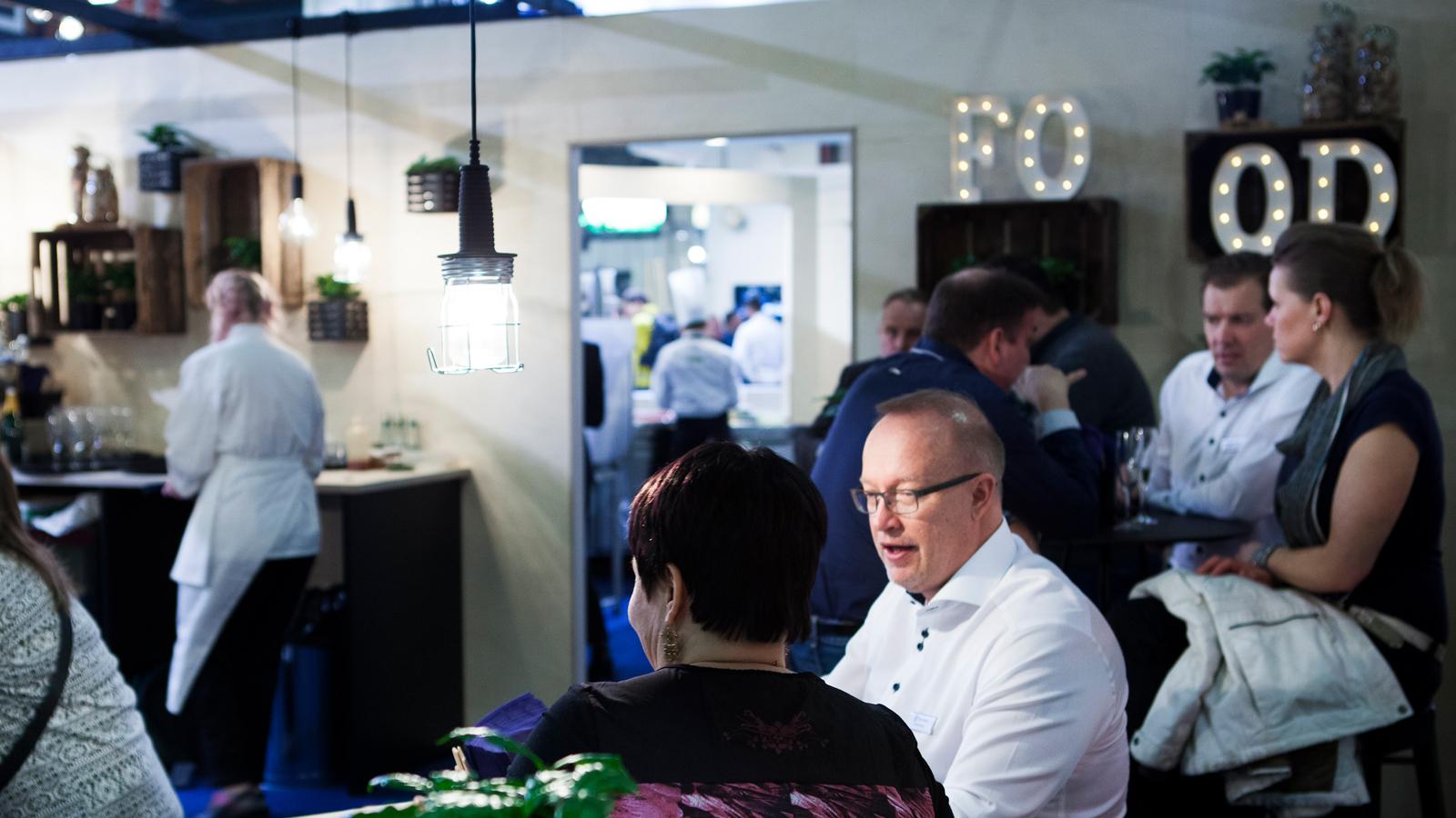 Electroluxin keittiössä Suomen Kokkimaajoukkue loihti menun Electroluxin laitteilla.