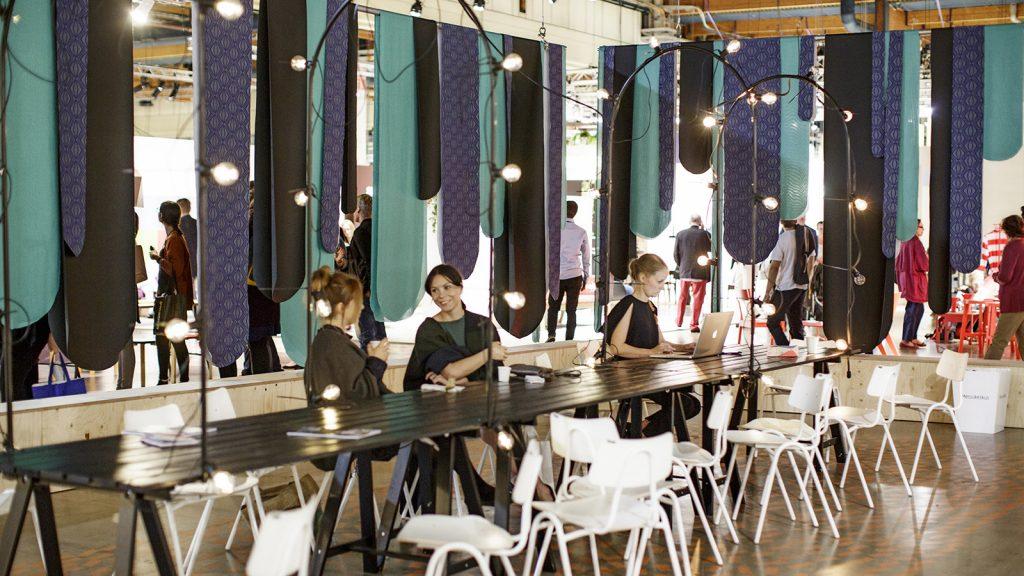 Habitaren startupit korostavat vastuullisuutta – alueella voi tutustua muun muassa huonekaluihin, jotka voi koota ilman ainuttakaan ruuvia ja ylijäämäpuusta tehtyihin sisustuspaneeleihin