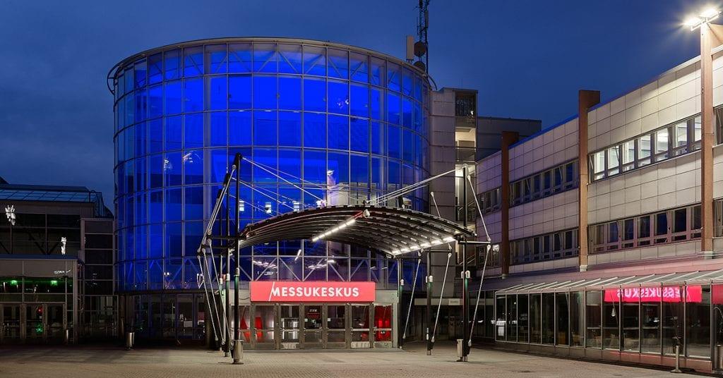 Messukeskus kunnioittaa terveydenhuollon ammattilaisia ja valaisee rakennuksensa sinisellä valolla