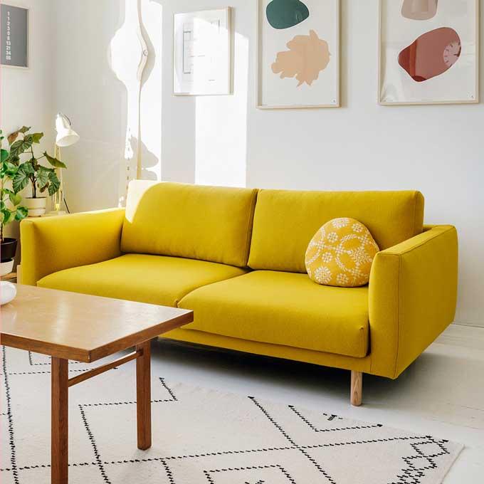 Kuvassa Tomi Leppäsen olohuone ja Hakolan Cosy Pocket -sohva sahramin värisellä Hallingdal 65 -villakankaalla