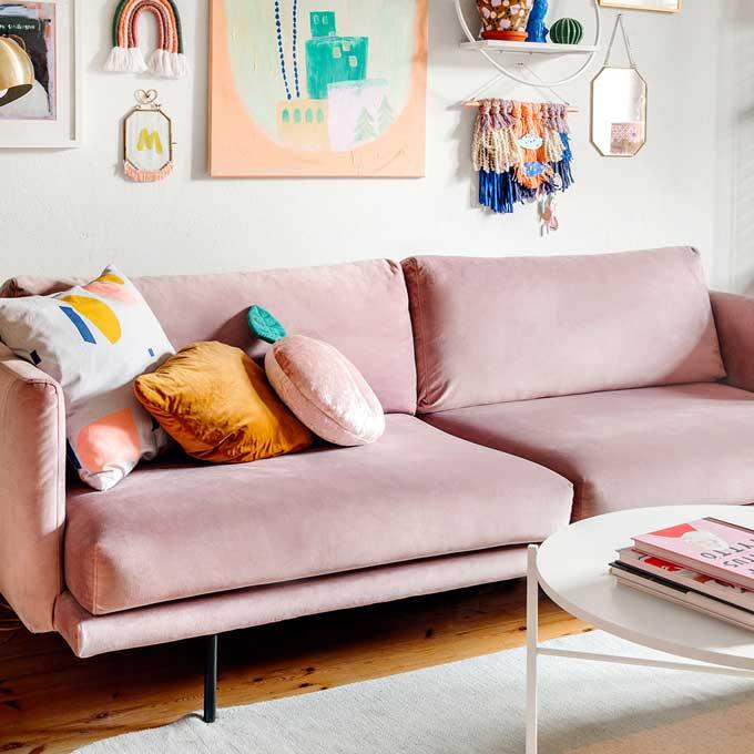 Kuvassa Tiina Arposen olohuone ja Hakolan Lazy-sohva vaaleanpunaisella Musone-sametilla.