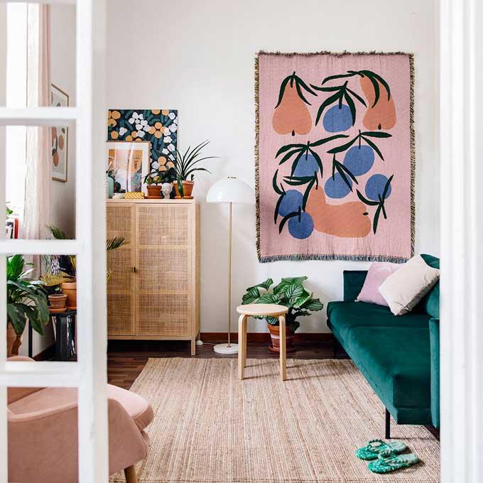 Kuvassa Lotta Paanasen olohuone ja Hakolan Lazy-sohva tummanvihreällä Musone-sametilla. Lotta itse sanoo nukkuvansa hyvin usein sohvalla, sillä se on erittäin miellyttävä jopa ilman petauspatjaa. Lotan asunnossa on yhteensä 28 neliötä.