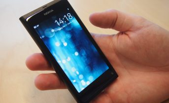 Nokia N9 test – med kniven for struben