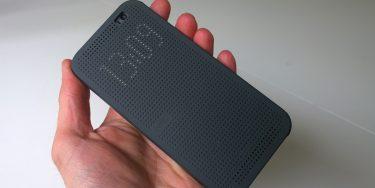 Derfor er der stort hul i Dot View-coveret til HTC One