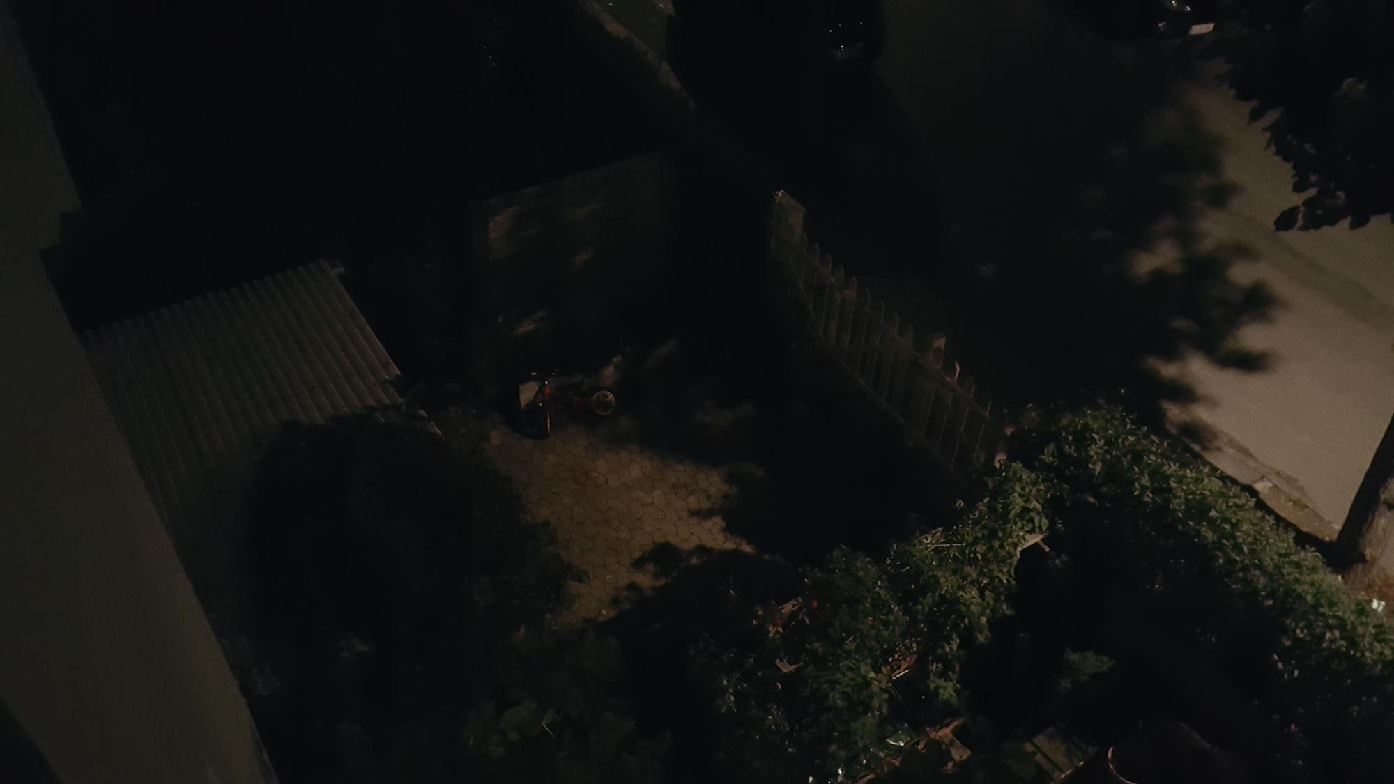 Samsung Galaxy S6: Billede taget udendørs i mørke uden brug af fotolys.