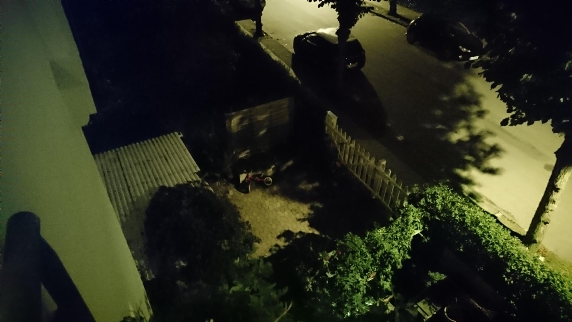 Sony Xperia Z5: Billede taget udendørs i mørke uden brug af fotolys.
