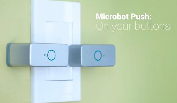 Microbot trykker på knapper for dig