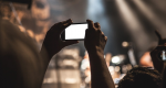Hver tredje dansker har fået ødelagt koncertoplevelse af mobilbrugere