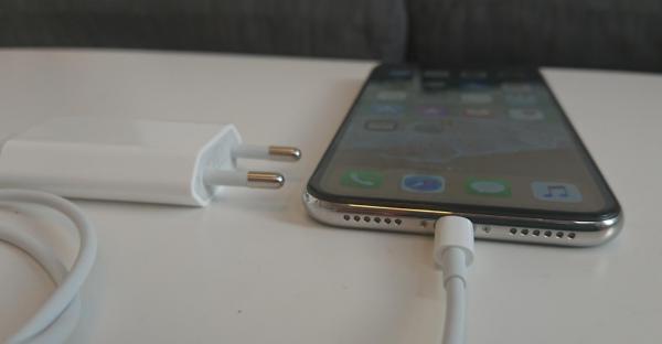 Hvor hurtig kan man lade iPhone X (10) op?