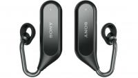 """Sony Xperia Ear Duo beskrives som en """"ny, unik måde at lytte til musik på, få adgang til information og kommunikere, samtidig med at du kan lytte til lyden fra verden omkring dig"""". Sony Xperia Ear Duo - lyd på en ny måde Teknikken Spatial Acoustic Conductor, gør det muligt at skabe lyden bag øret og derefter overføre lyden direkte til øret. Den specielt designede ringstøtte omgiver øregangen, så det du lytter til, for eksempel musik, blandes med lyden fra omgivelserne. Lydstyrken justeres automatisk i forhold til lydene omkring dig med henblik på at optimere lyden mest mulig. Daily Assist er en ny funktion på headsettet og den er lidt diffus i forhold til, hvad den kan og gør. I følge Sony identificerer den tid, placering og planlagte aktiviteter for at kunne levere relevant information hele dagen - minde dig om mødetider og prognoser eller opsummere de seneste nyheder. Altså endnu en art digital assistent - det bliver interessant at se, hvordan den fungerer i praksis, når vi får den til test. Se også: Styr headsettet med hovedet Noget interessant ved headsettet er måden man styrer det på. Man kan for eksempel skifte mellem musik, samtale, nyheder, besvare eller afvise indkommende opkald ved at ryste på eller nikke med hovedet - eller med stemmegenkendelsesteknologi til at sende beskeder eller tænde for musikken. Headsettet har fire indbyggede mikrofoner, der skulle sikre den klarest mulige lyd, når man taler til digitale assistenter som Google Assistant eller Apples Siri. Se også: Design og batteritid Med et helt trådløst design i rustfrit stål loves Xperia Ear Duo at give en naturlig lytteoplevelse. Ringeholderen er lavet af blødt materiale og leveres i tre størrelser. Headsettet er vandafvisende. Man får fire timer musik på én opladning og med det etui, der følger med og som fungerer som powerbank, kan man lade headsettet op tre gange - så man får altså 12 timers batteritid på farten. En detalje er, at man kan få en times batteritid med syv minutters opladning. S"""