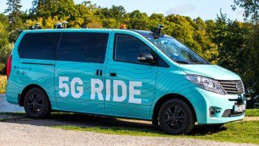 Førerløs 5G-bus kører turister rundt i Stockholm