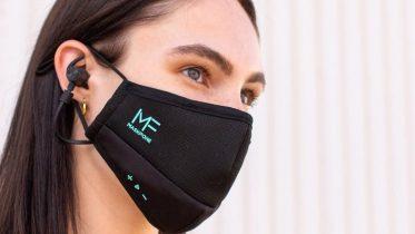 Ansigtsmaske med støjreducerende høretelefoner og mikrofon