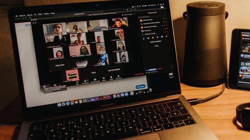 Onlinemøder får kvinder til at fremstå mindre kompetente end mænd
