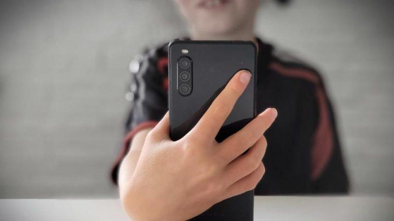 Mobiltelefoner kan blive forbudt i skoler i England allerede fra januar