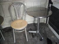N. 2 Tavolini colore argento + n. 2 Sedie colore argento e seduta colore crema