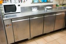 N.1  bancone frigorifero lungo circa 200cm con quattro sportelli in acciaio