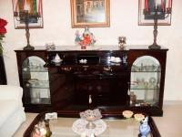 4.N. 1 Sparecchia tavolo in legno scuro lucido con 2 ante in vetro apribile alle ...