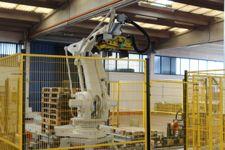 Zona isola Robot pallettatrice a due vie, modello ABB/Silvi  con colmatrice olio  e ...