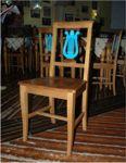 Sedie in legno colore noce con seduta in legno e fregio arpa di colore celeste sulla ...