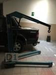 Carrelli per il trasporto di materiale e una piccola gru idraulica